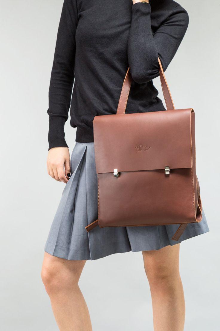 NIEUWE A/W 16 collectie van handgemaakte lederen tassen. HOUD er rekening MEE, VERWERKINGSTIJD VOOR DE RUGZAK TE WORDEN GEMAAKT en VERZONDEN IS ONGEVEER een MAAND als DIT MOMENTEEL uit VOORRAAD is *** Minimalistisch design, multifunctionele tas-wear het als een rugzak of handtas (Verstelbare handgreep lengte) Echte top volnerf leder Kleur: Zwart (ook verkrijgbaar in kastanje bruin leder) 1 zak in de zak (gesloten met metalen poppers) Bekleed Instelbare handgrepen (dubbellaagse bandjes di...