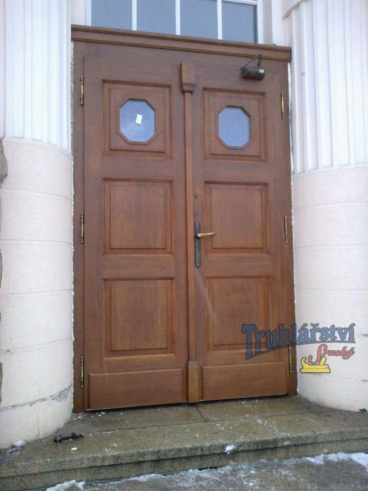 Dveře vstupní dvoukřídlé v rámové zárubni, dubové, nátěr lazurou