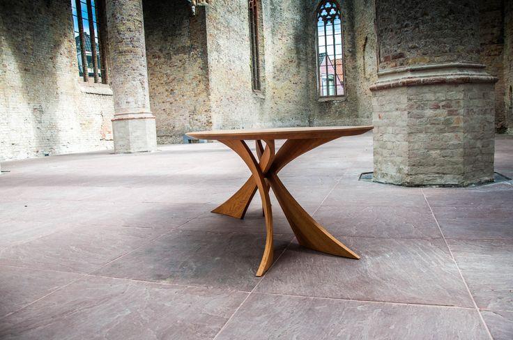 De nieuwe exclusieve Flexion tafel benadrukt zijn gedurfde lijnenspel met een extra dosis aan ambachtelijke vakmanschap. De Flexion tafel oogt aantrekkelijker dan ooit. Kenmerken als het gebogen hout voor de pootconstructie is een baanbrekend design dat nu al wereldwijd aanspreekt door mensen. Het resultaat is een adembenemende tafel. Met lijnen die uw verlangen prikkelen.  Een zelfverzekerde uitstraling die altijd de aandacht zal trekken. De Flexion is bekroond door vele architecten als de…