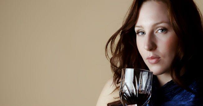 En los últimos años el índice de alcoholismo en las mujeres mexicanas ha superado al de los hombres; además, las consecuencias familiares y sociales de esta adicción son mayores para las damas. Según información de los Centros de Integración Juvenil y del Movimiento Internacional 24 horas de Alcohólicos Anónimos (AA), en México, el alcoholismo ocupa el tercer lugar como causa de muerte entre las mujeres, entre 35 y 45 años de edad. Algunos estudios indican que casi el 90% de las damas…