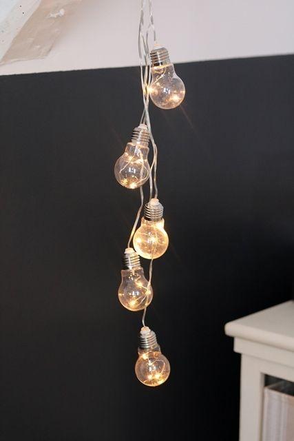 Une décoration lumineuse originale avec une guirlande ampoules