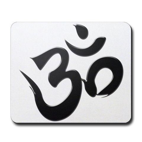 """Подобно тому, как звук """"Ом"""" представляет четыре состояния Высшего, символ """"Ом"""", написанный на санскрите, несет в себе тот же сакральный смысл. Материальный мир в состоянии бодрствования представлен крупной нижней кривой. Состояние глубокого сна представлено верхней левой кривой. Состояние дремоты, лежащее между бодрствующем состоянием снизу, и состоянием глубокого сна сверху, вытекает из их слияния. Точка и полукруг, которые расположены отдельно, наверху, управляют мирозданием. Точка…"""