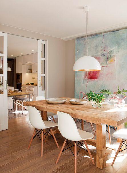 Mesa, sillas de Crisal y lámpara de la firma Zava, en Cado