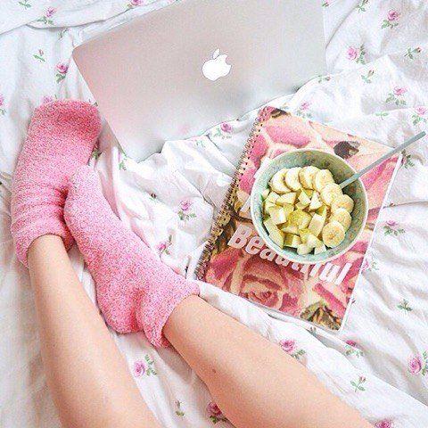 Ноги + розовые носки + блокнот+ завтрак в постель + одеяло+ уют