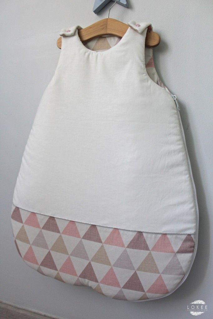 Gigoteuse bébé rose pastel motif triangles et sa touche argentée.