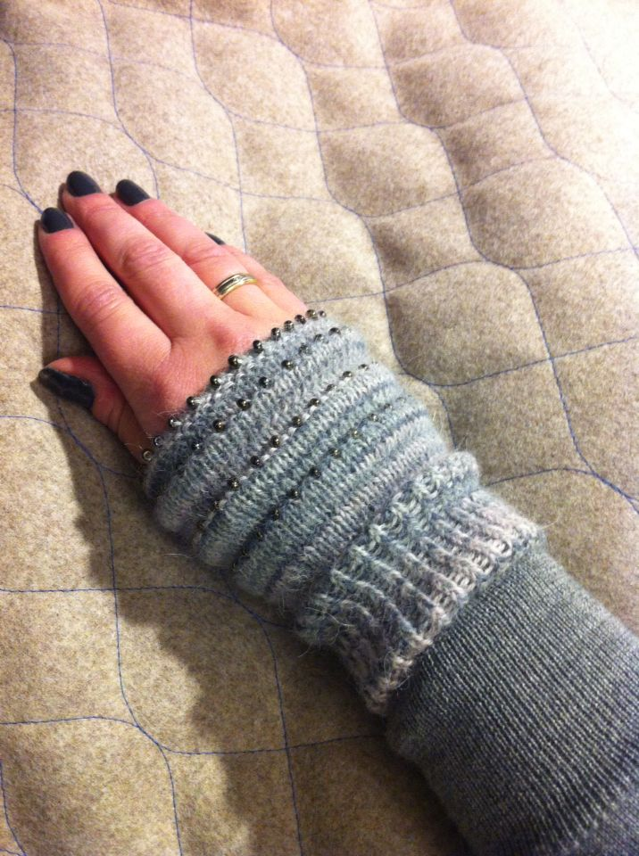 Knitted wrist warmer with pearls