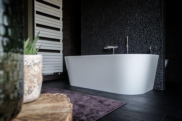 Badkamer met inloopdouche en half vrijstaand bad #bathroom #bath