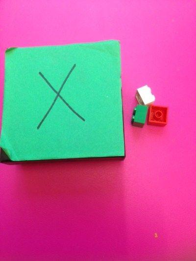 Alle elevene har lagd sin egen x-boks. Disse har de lagd av tomme fyrstikkesker, pastillbokser, smykkeesker, o.l. Boksene brukes blant annet i innlæringen av tallvenner. Når vi f.eks. jobber med ta...