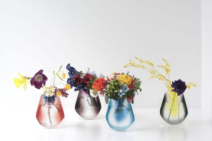 「Hope Forever Blossoming」 (short) Pint-sized versions of our perennially popular acrylic sleeve flower vase appear in new designs and colors.Compared to the standard versions, these smaller vases feature a wide mouth to accommodate short-stemmed flowers.