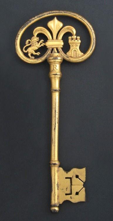 Llave antigua de bronce dorado                                                                                                                                                                                 Más