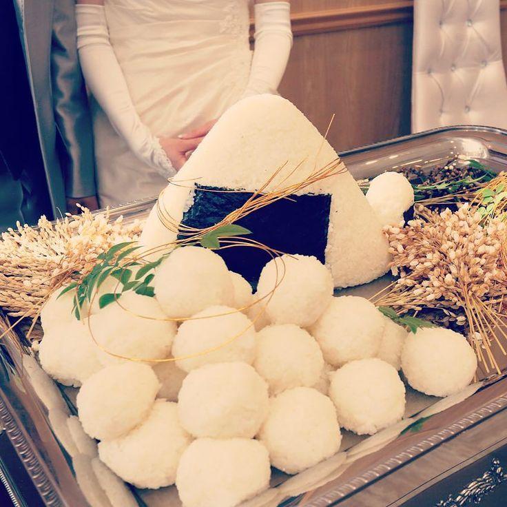 ありきたりなウェディングケーキではなくこんなユニークなアイディアはいかがですかお米農家の両家の米をブレンドした愛情たっぷりのおにぎりですこれからはふたり頑張って食べていきます今までありがとうございましたの意味も込めてファーストバイトもすてきですね #結婚式 #ルシェルアンジュ #ケーキの代わりに #ファーストバイト #ユニークな結婚式 #ふたりらしい #インパクト #オリジナル演出 by lecielange_mito