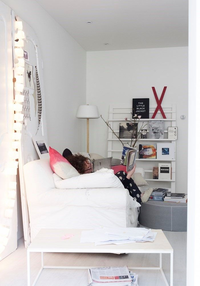 Styling: Marianne Luning | Photographer: Tjitske van Leeuwen magalogue 2013 #vtwonen #magazine #interior #livingroom #white #black #red #basic #sofa #magazinerack