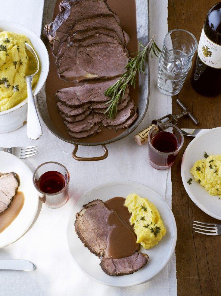 Il brasato al barolo è un piatto della tradizione piemontese, per realizzarlo utilizzate un muscolo fibroso e vino barolo: venite a scoprire la ricetta.