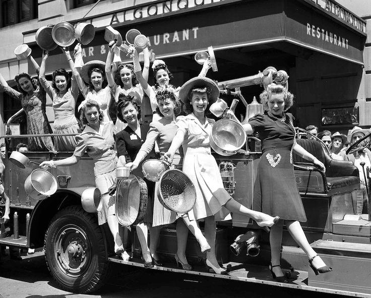 Un gruppo di ragazze invita le persone a donare pentole e altri oggetti di alluminio, che verrà poi estratto e utilizzato dall'esercito. La foto è stata scattata non lontano da Times Square a New York nel luglio del 1941.
