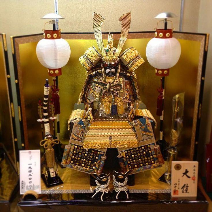 Доспехи рыцарские японские с позолотой - отличный подарок к празднику мальчиков 5 мая. Ежегодный бум продаж в период с середины марта по конец апреля. #Япония #этоЯпония #Киото #сувенир #сувениры #ремесла #лак #золото #доспехи #рыцарь #самурай #май #ремесла #искусство #воинство #мужество #традиции