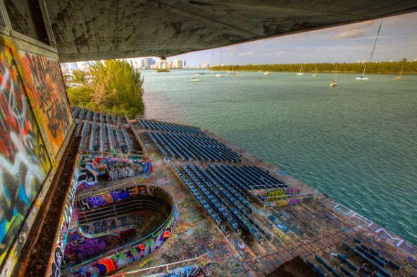 endroits abandonnes de floride marine stadium de miami 1   Incroyables endroits abandonnés de Floride   UFO stade photo parc ovni Miami Mari...