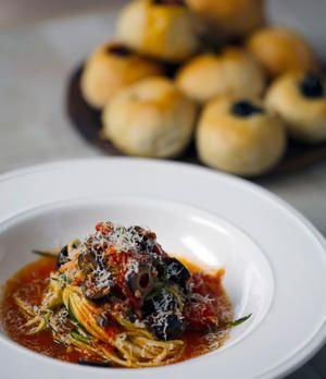 Zucchini-Linguine mit Tomaten-Sauce und Focaccia-Brötchen