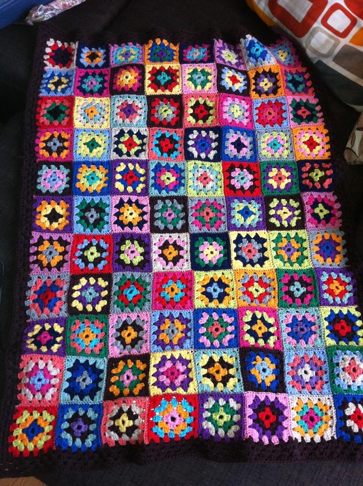 Hæklet tæppe - af bedstemorsfirkanter ..