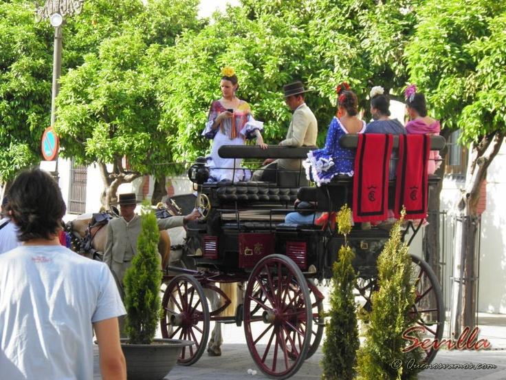 En tiempos de Feria es común ver a Sevillanas vestidas de Flamenca y más común aún es encontrarse con estos preciosos carros de caballos.      http://www.quenosvamos.com/sevilla