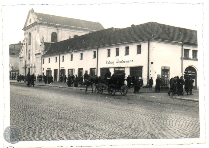 Lublin '40 kościół kapucynów Krakowskie Przedmieście. Ten sklep Ludwiga Wudermanna to przed wojną było przedstawicielstwo Philippsa, które było prowadzone przez Bromberga.
