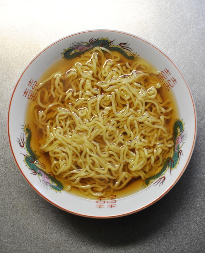 Tumblr: ggiizzmmoo:  鶏なし中華   生ラーメンはスープの付いていない中華麺しか買わない鶏の茹で汁などがあれば 上等のスープになるが面倒な時はめんつゆを伸ばしたものに麺を投入して食べている  ラーメンに含まれる鹹水の味は強烈なのでめんつゆが一瞬でラーメンスープに 姿を変えごく簡単にあっさり味の醤油ラーメンにありつく事ができるのだ  ところがこれは山形県で常食されているラーメンだとわかる 鶏中華と呼ばれるご当地ラーメンでお蕎麦屋さんがお客さんのリクエストに応え 蕎麦の代わりに中華麺を入れたところうまいという事になりあっという間に 広がったというような話を旅先で聞いた  焼鳥を品書きに出す蕎麦屋は多いのでおそらくチャーシュー代わりに焼鳥を トッピングに乗せて鶏中華と命名したのだろう良い名前だなと思う  しかし自分の場合常に手持ちの鶏やネギがある訳ではないので仕方なく 鶏なし中華を食べる事が多い
