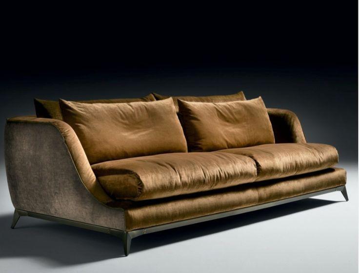 Canapé BRANDO avec revêtement velours JAB et piètement bronze brossé.
