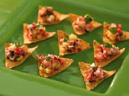 nachochips med  - Guacemole - tomat- och löksallad - köttfärs och ost i ugn - fetaost, paprika och chili i ugn