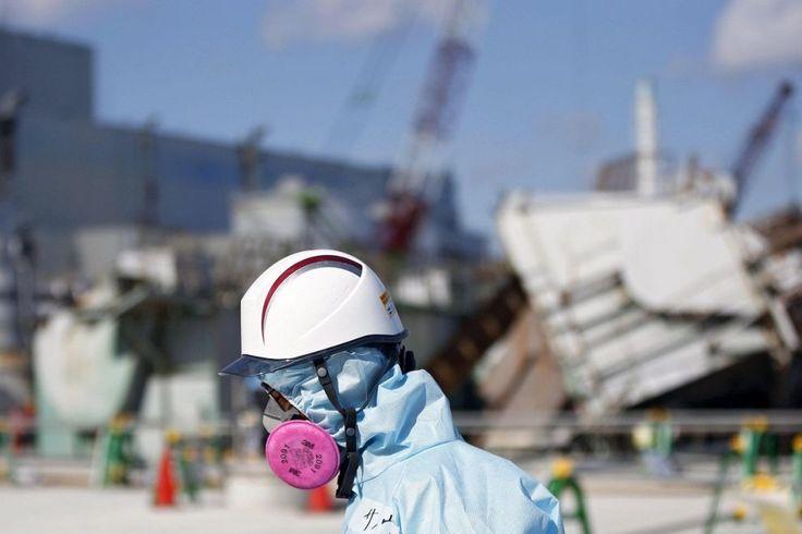 Un tecnico cammina davanti al reattore n°1 della centrale nucleare di #Fukushima, un mese prima del quinto anniversario della tragedia che sconvolse il #Giappone e il mondo. Lo tsunami che travolse l'impianto l'11 marzo 2011 causò la morte di 15 mila persone e provocò un'irradiazione nucleare ai livelli di quella di #Chernobyl nel 1986. (© Ansa)