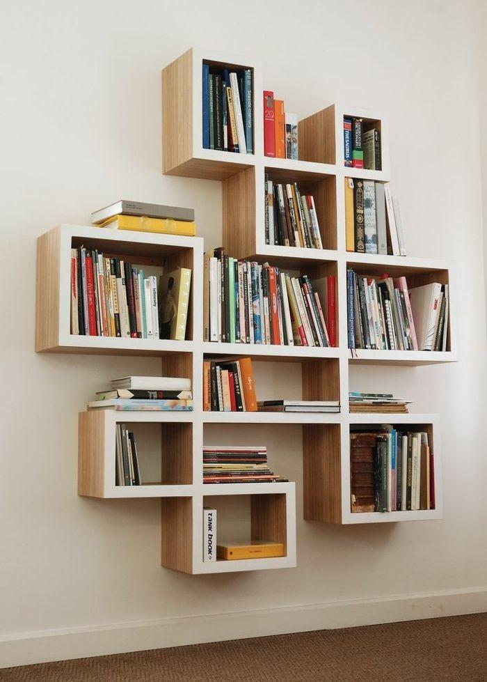une étаgère en bois pour ranger vos livres, cube de rangement en bois, salon, mur beige