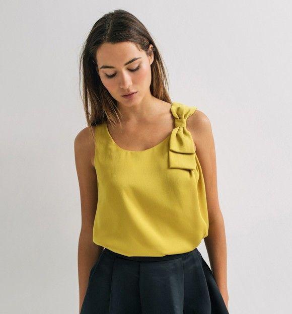 Ce top jaune soyeux avec noeud papillon sera parfait pour un look de fête >>