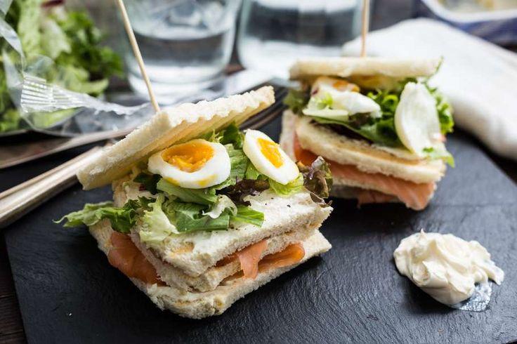 Recept voor sandwich gerookte zalm voor 4 personen. Met zout, peper, gerookte zalmfilet, roomkaas, ei, slamelange en wit brood