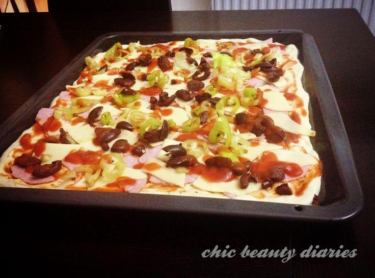 Η πιο νόστιμη και εύκολη πίτσα! ~homemade pizza~ #ilovefood http://chicbeautydiaries.blogspot.gr/p/i-love-food.html