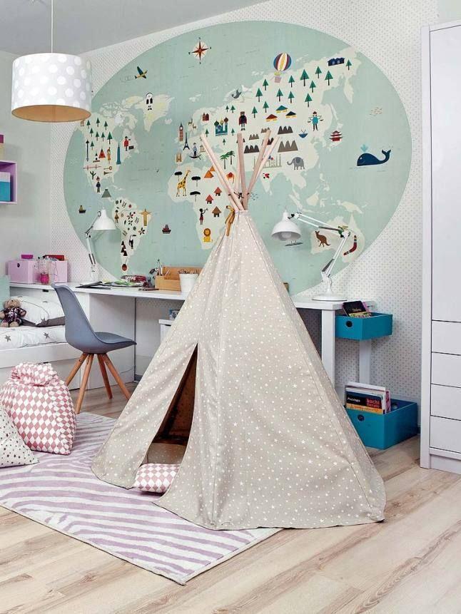 carte du monde dans une chambre d'enfant
