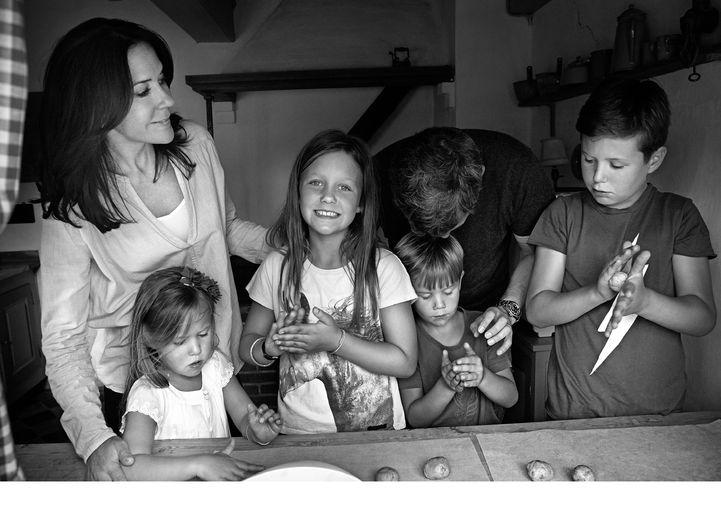 Kobberbryllup  I 2016 tilbragte Kronprinsfamilien sommeren på Gråsten Slot i Sønderjylland.   Gråsten Slot blev givet som bryllupsgave til Kong Frederik IX og Dronning Ingrid i 1935, og i sommeren 2016 var det 80 år siden, at den kongelige familie første gang benyttede Gråsten Slot som sommerbolig.