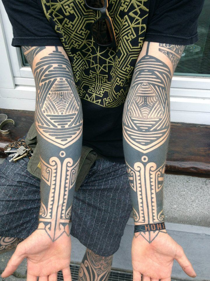 ^^ ... I am becoming more and more attracted to the men tatts with designs in the inner elbow. Very beautiful.