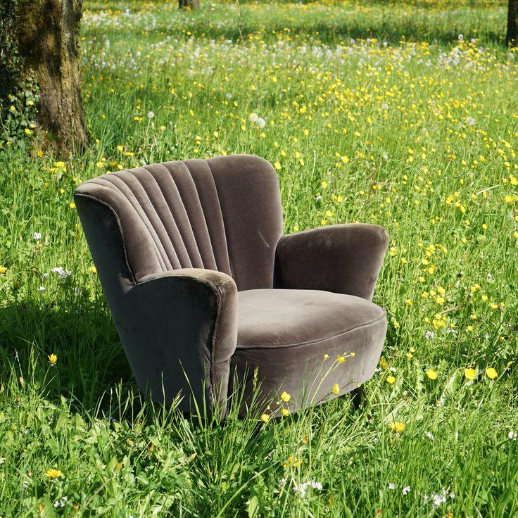 Durch den samtanmutende, changierenden Oberstoff sieht der Sessel je nach Blickwinkel und Lichteinfall anders aus. Die Holzbeine in schwarz komplettieren den eleganten Ausdruck. Die beiden Sessel wurden zu Dekozwecken in einem grossen Schweizer Warenhaus verwendet.