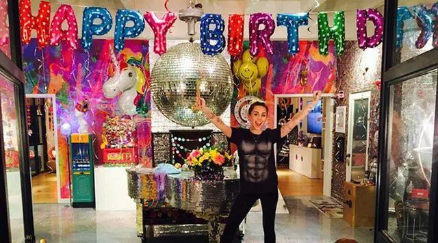 Miley Cyrus mendapatkan hadiah cincin dari Liam Hemsworth   PT Kontak Perkasa Futures Pusat Sebelum mendapat kado cincin di ulang tahunnya kini, Cyrus juga mendapat cincin pertunangan dari aktor seri film The Hunger Games itu pada 2012. Beberapa bulan terakhir pasca memutuskan menjalin hubungan…