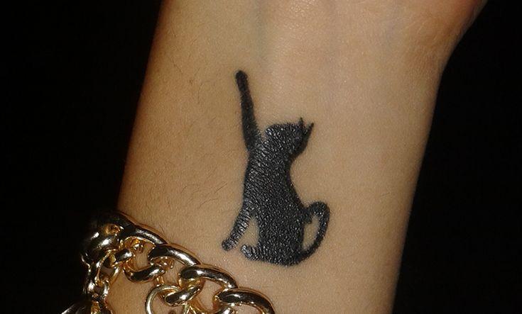 Andrea nos envía su tatuaje de gato con un gran significado personal. Un tatuaje de diseño simple, bonito y elegante. Descubre su significado.