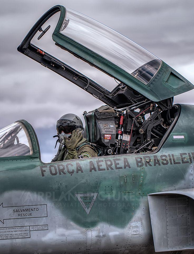 Brasil Air Force - Aeronáutica Brasileira é responsável pela defesa do país em operações eminentemente aéreas, e, no interno, pela garantia da lei, da ordem constitucionais.  Para ver mais fotos sobre esse mesmo assunto aperte/click no meu nome:@DeyvidBarbosa (DK) e procure a pasta Aeronáutica Brasileira. #AeronáuticaBrasileira #ForçasArmadasDoBrasil