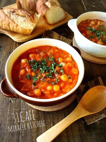 旨味たっぷりのトマトスープは、具材を薄力粉で炒め、水分少なめにすることでクリーミーなトマトシチューになります。玉ねぎやにんじん、あればひよこ豆もたっぷりと入れると、具だくさんで美味しいですよ♪