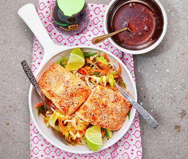 Laxen penslas med en blandning av färsk ingefära, chilisås och soja. Strössla sesamfrön över fisken och så skjuts in i ugnen! Serveras med kokt ris och en fräsch sallad av böngroddar, fint strimlade morötter, salladslök, en god salladsdressing och klyftor av lime.