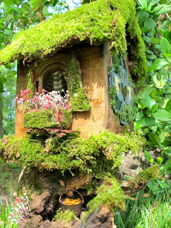 Claddagh House , Irish Fairy House. Love the moss covered roof .