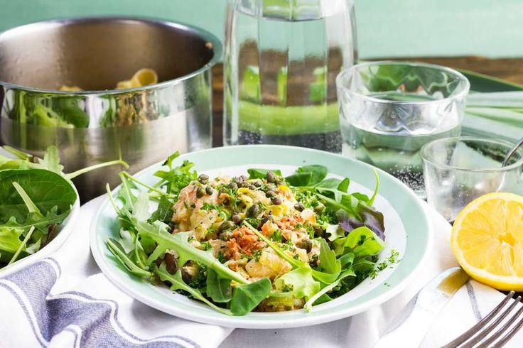 Recept voor snelle pasta voor 4 personen. Met zout, water, olijfolie, peper, spaghetti (pasta), mayonaise, prei, zalm uit blik, peterselie, citroen, ui, knoflook en kappertjes
