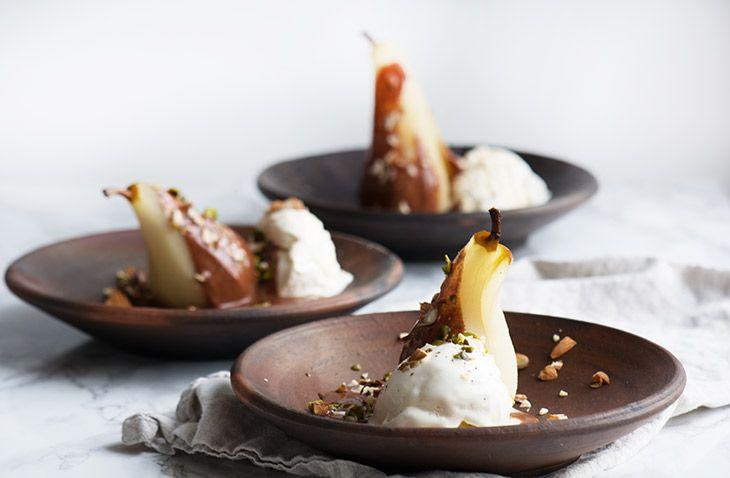 Pære Belle Helene er en klassisk og nem dessert - smager skønt med de vanilje råsyltede pærer, lun chokoladesauce og vaniljeis - få opskrift her