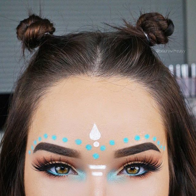 Tribal/Music Festival Inspired   @makeupforeverofficial Ultra HD Foundation, @morphebrushes 35O palette on the eyes, @makeupgeekcosmetics 'Pegasus' on the inner corners, @thebalm_cosmetics 'Shwing' Liner for the wing, @hudabeauty @shophudabeauty lashes in the style 'Sasha', @anastasiabeverlyhills Brow Definer in Dark Brown, 'So Hollywood' Illuminator ✨ Lip Gloss in 'Kristen' topped with 'Sunset Strip', Waterproof Creme in the color 'Ice Blue' for the dots above my brows and @nyxcosmetics…