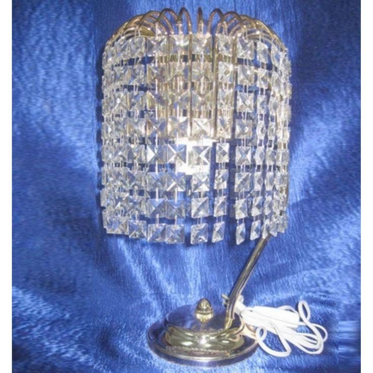 Настольная лампа Каскад Кубик с прозрачными подвесками, выполненными из гусевского хрусталя. Цвет фурнитуры на выбор - золото или серебро. Оборудована выключателем на проводе. Хрустальная настольная лампа Каскад Кубик изготавливается в Гусь-Хрустальном по классическим технологиям. Она идеально впишется в интерьер вашей спальни.