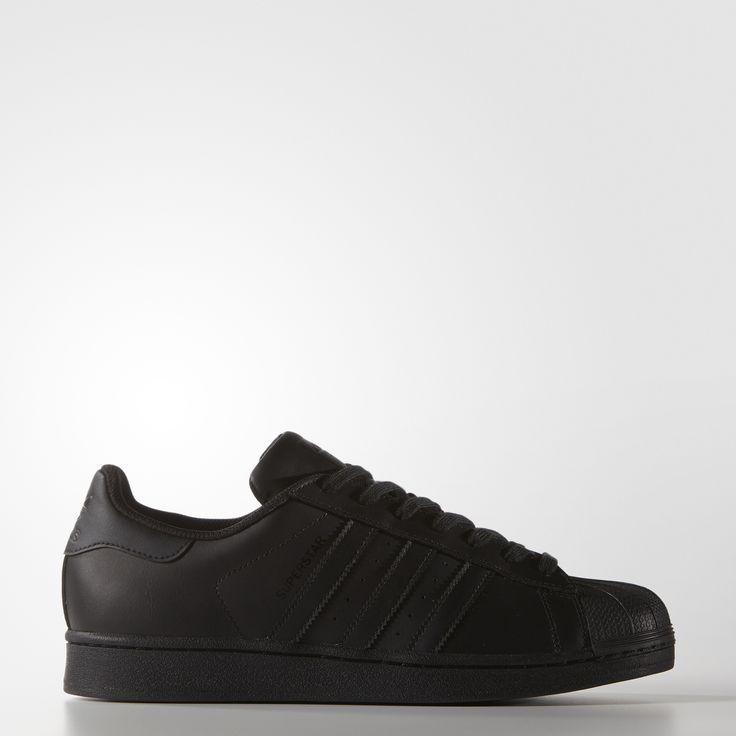 Denna sofistikerade sneaker för herr uppdaterar en basketstil från 70-talet med diskret, trefaldigt svart läder. Skon har den ikoniska snäcktån, en fiskbensmönstrad yttersula, en belagd läderovandel och ett meshfoder som andas.