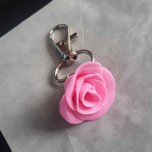 Llavero rosa en porcelana fria #llavero #rosa #rosada #accesorio #accesorios #porcelanicron #bogota #colombia #ventadeaccesorios #original #artesania #hechoamano