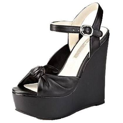 Schwarze #Sandaletten mit #Keilabsatz für ultralange Beine ab 119,90€ ♥ Hier kaufen: http://stylefru.it/s711475 #buffalo #schuhe #keil #schwarz