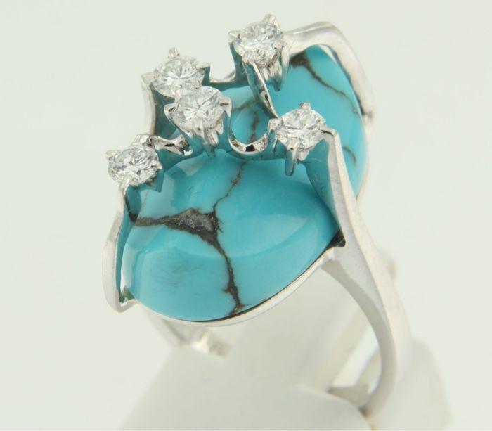 18kWitgouden ring bezet met turquoise en briljant geslepen diamanten  de bovenzijde van de ring is 22 cm breed en 13 cm hoog Gewicht 110 gram Bezet met - 1 x 20 cm x 14 cm fantasie slijpsel geslepen turquoise Edelstenen zijn vaak behandeld om kleur of helderheid te verbeteren. Dit is niet onderzocht bij dit specifieke object - 5 x 34 mm briljant geslepen diamant totaal circa 068 caraat kleur Top Wesselton zuiverheid SI1 18k gekeurd door Waarborg Holland ring verkeert in goede staat…
